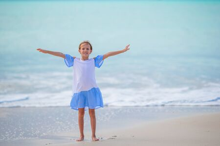Cute little girl at beach during caribbean vacation Banque d'images - 133779717