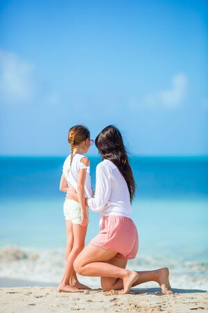 Portrait of little girl and mother on summer vacation Banque d'images - 133779715