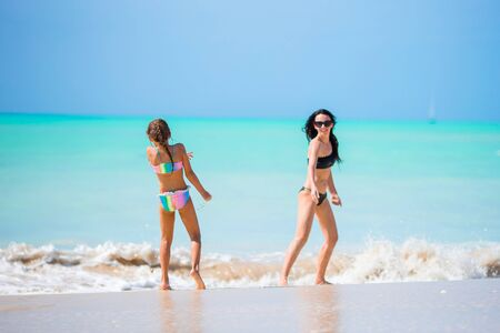 Portrait of little girl and mother on summer vacation Banque d'images - 133779719