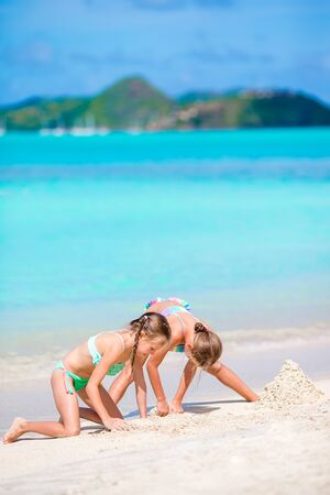 Kids have a lot of fun at tropical beach playing together Banque d'images - 133779750