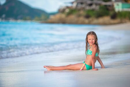 Adorable little girl on the beach during summer vacation Banque d'images - 133779752