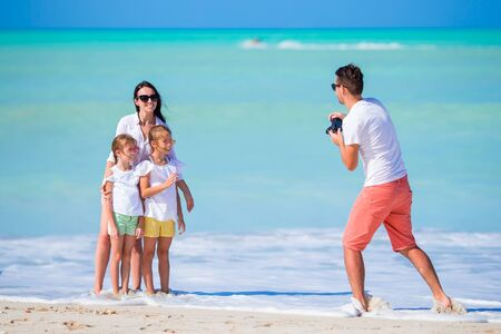 Family of four taking a selfie photo on their beach holidays. Family beach vacation Banque d'images - 133779753