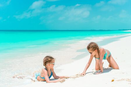 Kids have a lot of fun at tropical beach playing together Banque d'images - 133779755