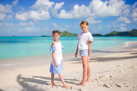 Adorable little girls walking on the beach Banque d'images - 133779756