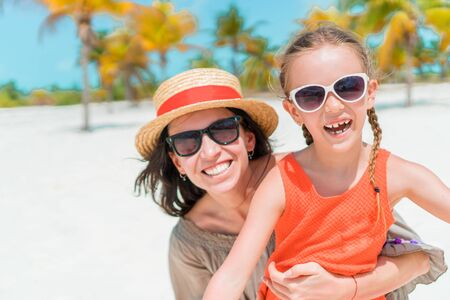 Portrait of little girl and mother on summer vacation Banque d'images - 133779760