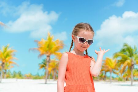 Cute little girl at beach during caribbean vacation Banque d'images - 133779775
