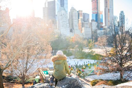 Adorable girl with view of ice-rink in Central Park on Manhattan in New York City Banque d'images - 133779781