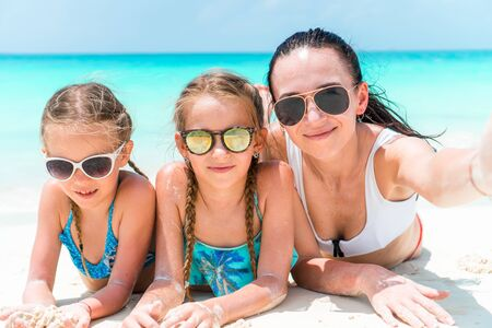 Happy beautiful family on a tropical beach vacation Banque d'images - 133779788