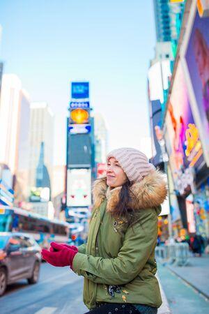 New York City-Frau als Times Square Tourist oder junge glückliche Frau zu Besuch in Manhattan, New York City, New York, USA.