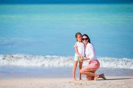 Portrait of little girl and mother on summer vacation Banque d'images - 133779818
