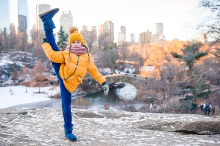 Adorable little girl with view of ice-rink in Central Park at New York City Banque d'images - 133779856
