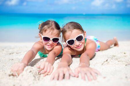 푸른 하늘과 청록색 바다의 아름다운 자연의 카메라 배경을보고 두 아름다운 아이들의 초상화 스톡 콘텐츠
