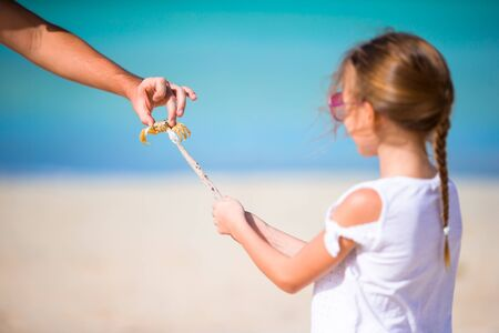 Adorable little girl holding crab on the beach Banque d'images - 133779860