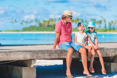 ビーチ夏休みを楽しむ父と子供