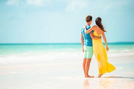 Jong koppel op wit strand tijdens de zomervakantie. Stockfoto