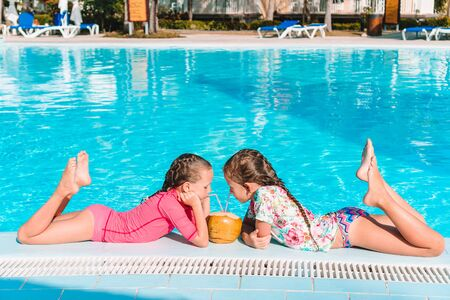 Adorables niñas en la piscina al aire libre Foto de archivo