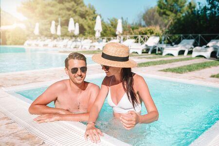 Couple gai se reposant dans une piscine