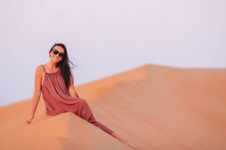 Girl among dunes in desert in United Arab Emirates Banque d'images