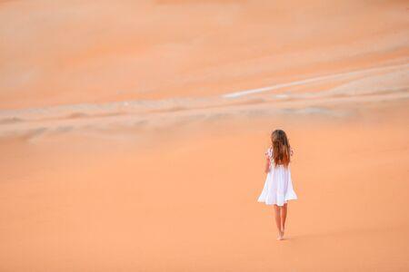 Girl among dunes in desert in United Arab Emirates Standard-Bild