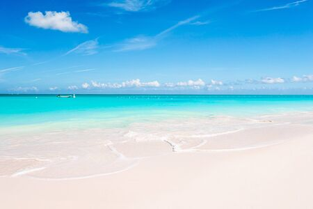 Idyllic tropical beach with white sand, turquoise ocean water and blue sky 스톡 콘텐츠