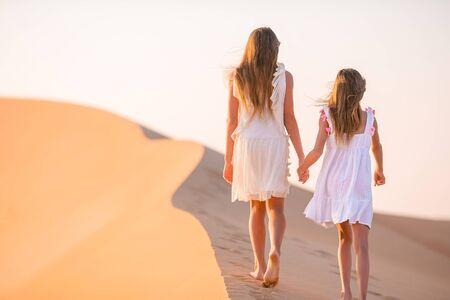 Girls among dunes in Rub al-Khali desert in United Arab Emirates Standard-Bild