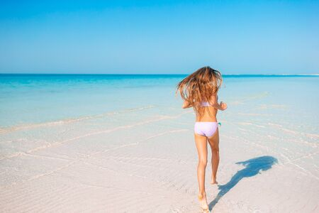 Adorable little girl at tropical beach on vacation Banque d'images