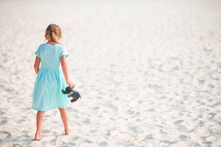 Adorable petite fille à la plage tropicale en vacances Banque d'images