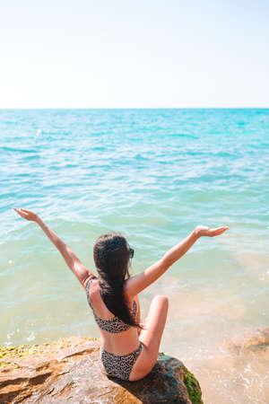 Woman outdoor on edge of cliff seashore 免版税图像