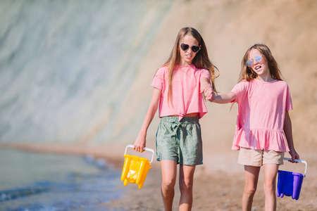 Adorable little girls having fun on the beach 版權商用圖片