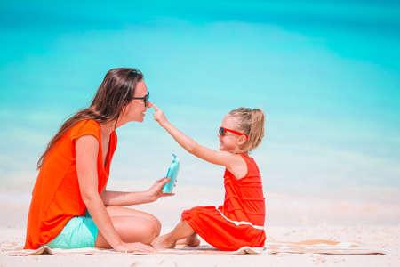 Beautiful mother and daughter on Caribbean beach 免版税图像
