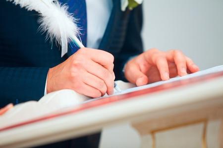 registro: Ceremonia de la boda. Pares de la boda dejando sus firmas