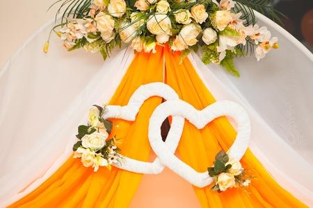 décoration de mariage - deux coeurs de fleurs en tissu.