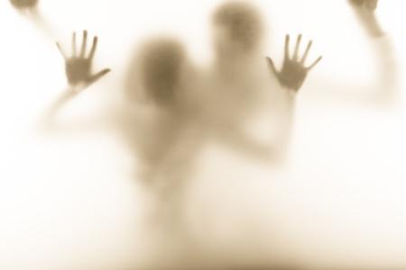 image émotionnelle de l'homme et la femme debout derrière le verre de lait Banque d'images