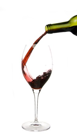 wine pouring: un bicchiere di vino rosso isolato su sfondo bianco