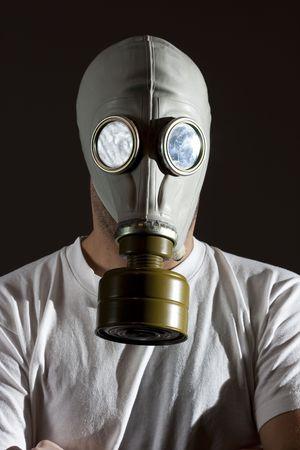 un uomo indossa una maschera antigas ambiente pericolo concetto di immagine Archivio Fotografico