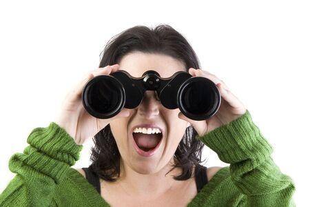 una donna a guardare con il binocolo isolato su uno sfondo Withe