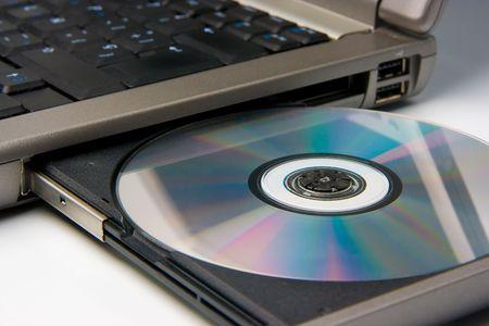 disco CD o DVD nel drive di un computer portatile