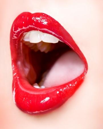 immagine di una stretta fino delle labbra femminili sensuali provocatorio