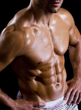 sano ragazzo attraente mostrando il suo tronco forte e in forma