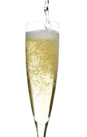 Close up di una tazza di vetro isolato di champagne