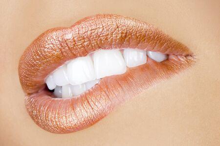 bebautiful attraente compongono bocca, denti perfetti e sensuale labbra