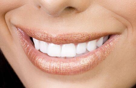 labbra sensuali: sexy femminile bocca sorridente con teetch perfetta e sensuale labbra