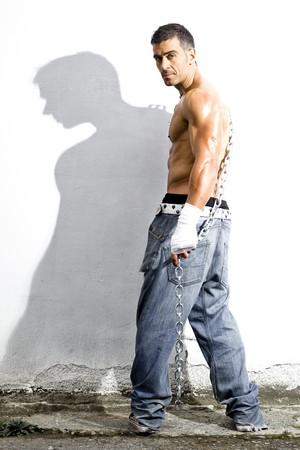 de maras: hombre grosero sexy en un fondo de grunge  Foto de archivo