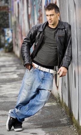 adulto bel posa all'aperto in uno sfondo muro dei graffiti Archivio Fotografico
