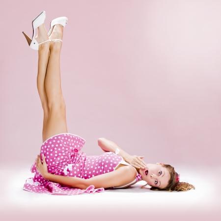 una ragazza di bella inocent pin-up su sfondo rosa