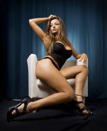 bellissima giovane donna in un atteggiamento molto provocante