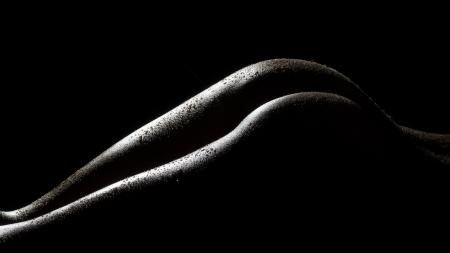 mujeres negras desnudas: las formas del cuerpo femenino sexy y curvas sobre un fondo oscuro