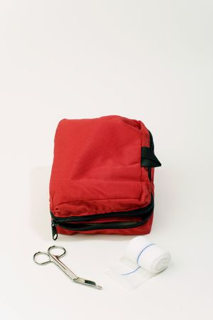 A red first aid kit showing gauze and scissors as items contained within. 版權商用圖片