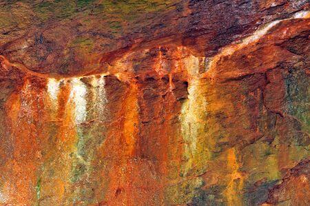 damp: Macchie di minerali colorati su una parete calcarea in un canyon umido in un parco statale Archivio Fotografico