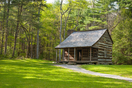 A rustic log cabin sits in Cades CoveSmokey Mountain N.P. in eastern Tennessee. Banco de Imagens